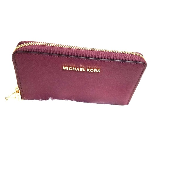 Michael Kors Handbags - Michael Kors Jet Set Travel Smartphone Wristlet